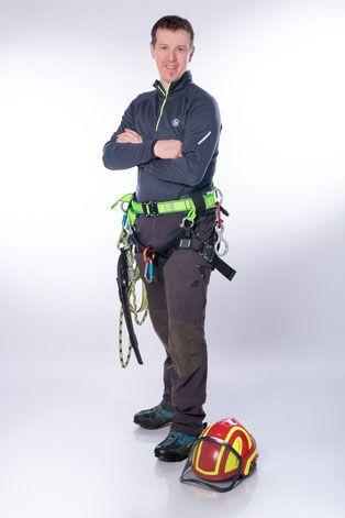 Baumpfleger und Forstwirt Wolfgang Walter in Kletterausrüstung